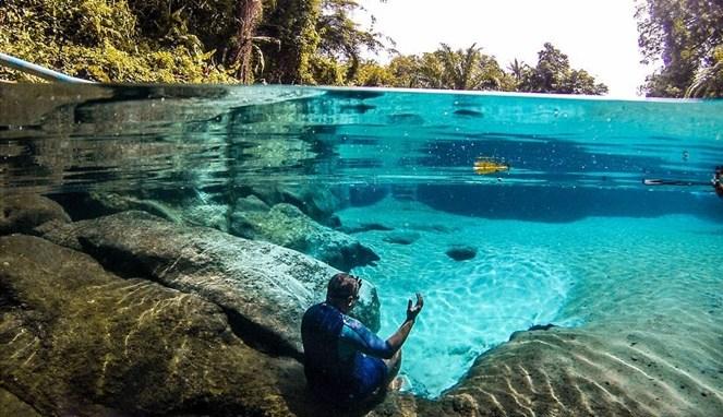 https: img-o.okeinfo.net content 2018 05 16 406 1899025 umbul-manigom-kolam-biru-surga-di-kabupaten-simalungun-MajLgM9FQJ.jpg