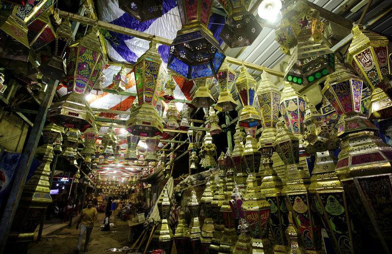 https: img-o.okeinfo.net content 2018 05 17 18 1899446 sambut-ramadhan-rakyat-mesir-penuhi-pasar-untuk-beli-lentera-In3rER12Kj.jpg