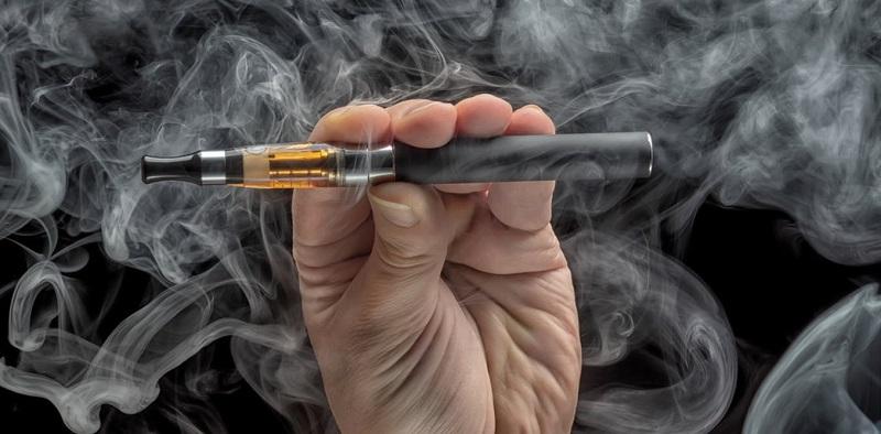 https: img-o.okeinfo.net content 2018 05 17 481 1899411 disebut-penuh-racun-ini-dampak-buruk-dari-aroma-rasa-rokok-elektrik-ydm4DDszPQ.jpg