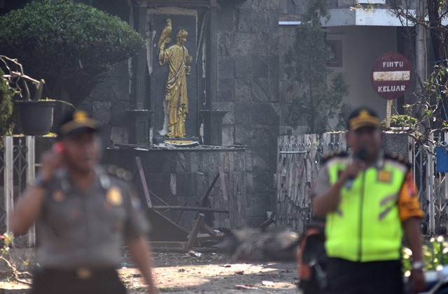 Polisi berjaga di Gereja Santa Maria Tak Bercela, Surabaya, Jawa Timur pasca serangan bom. Foto Antara