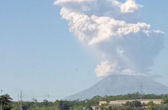 https: img-o.okeinfo.net content 2018 05 21 510 1900600 gunung-merapi-keluarkan-letusan-freatik-setinggi-700-meter-UJM0SJtBQ5.jpg
