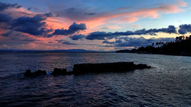 https: img-o.okeinfo.net content 2018 05 22 406 1901442 ngabuburit-di-pantai-wtc-raja-ampat-sambil-menikmati-sunset-yang-indah-RWIZSH4nNw.jpg