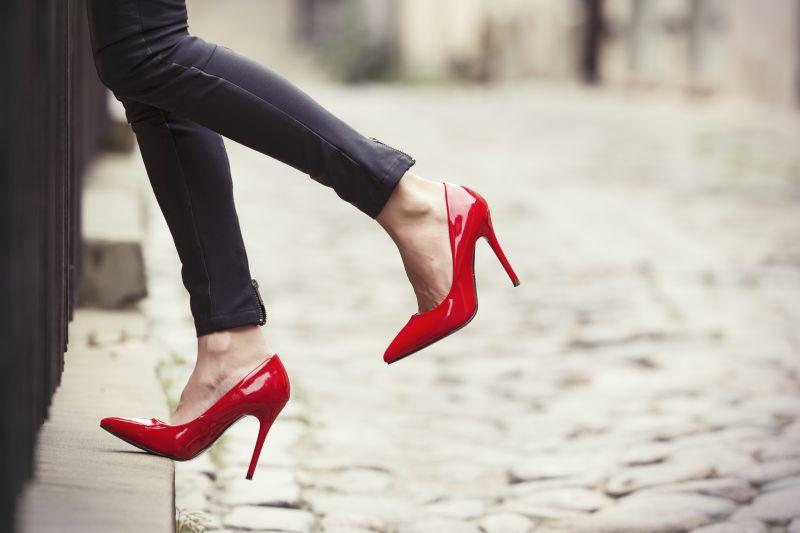 https: img-o.okeinfo.net content 2018 06 06 481 1907308 jangan-asal-pilih-ini-sederet-sepatu-yang-tak-layak-pakai-edJOJ2Yn8r.jpg