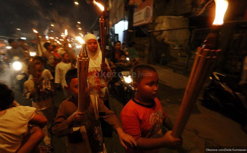 https: img-o.okeinfo.net content 2018 06 09 406 1908580 5-tradisi-unik-malam-takbiran-di-indonesia-salah-satunya-bakar-gunung-kMoE4HxSKL.jpg