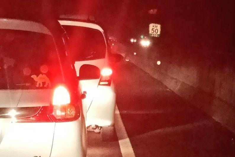 https: img-o.okeinfo.net content 2018 06 13 338 1909896 tol-cikampek-macet-hingga-10-km-petugas-alihkan-kendaraan-8LwtMoJNob.jpg