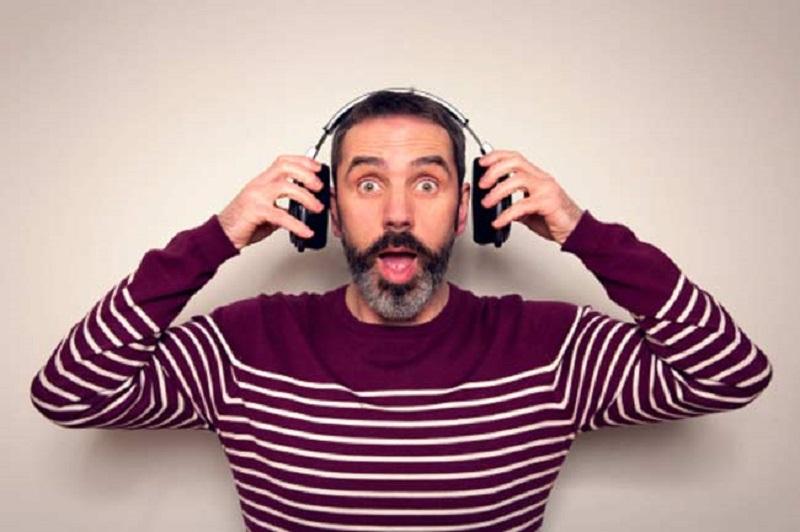 https: img-o.okeinfo.net content 2018 06 13 406 1909879 hati-hati-dengarkan-musik-pakai-earphone-saat-mudik-bisa-sebabkan-7-hal-ini-EBeSRDCbGz.jpg