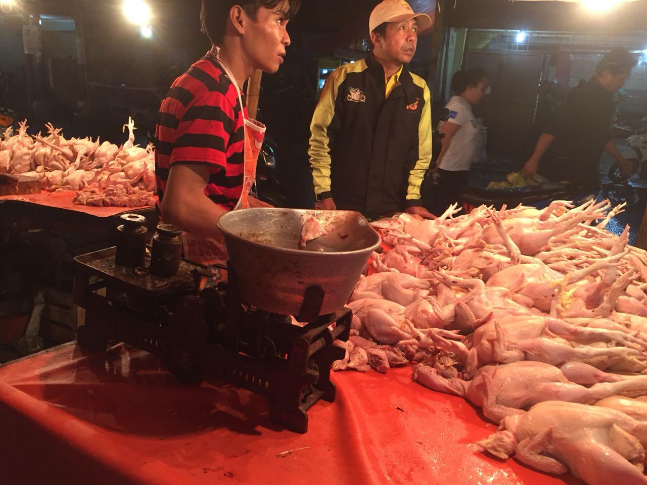 https: img-o.okeinfo.net content 2018 06 14 320 1910371 besok-lebaran-harga-daging-ayam-meroket-jadi-rp50-000-kg-uY4zFOKuhR.jpg