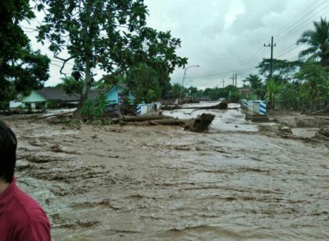 https: img-o.okeinfo.net content 2018 06 22 519 1912832 banjir-bandang-banyuwangi-putus-akses-jalan-menuju-jember-exDryejwsV.jpg