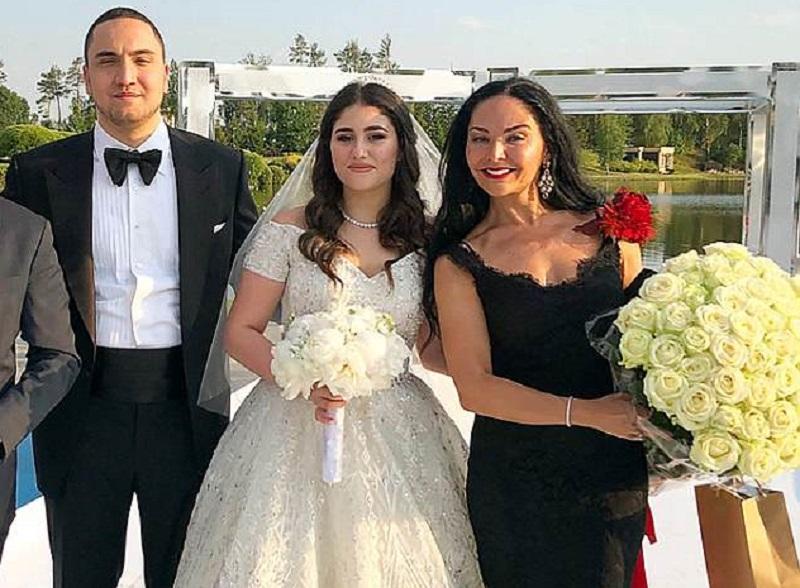 https: img-o.okeinfo.net content 2018 06 23 196 1913156 heboh-pernikahan-remaja-asal-rusia-ini-habiskan-dana-hingga-rp22-miliar-j8pfXszWQM.jpg