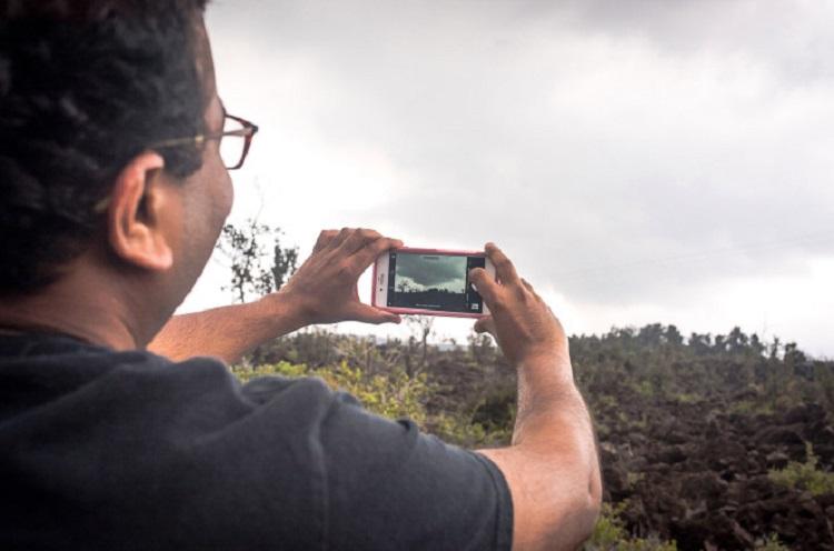 https: img-o.okeinfo.net content 2018 06 26 406 1914195 selfie-sembarangan-di-gunung-kilauea-hawaii-awas-bisa-kena-denda-rp70-juta-y5FUevXgie.jpg