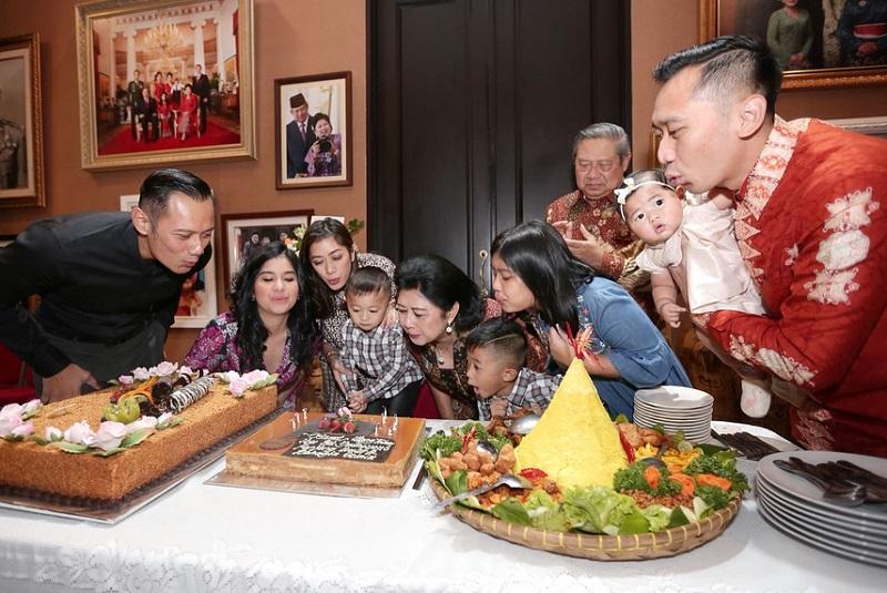 https: img-o.okeinfo.net content 2018 07 06 196 1919050 rayakan-ultah-ke-66-tahun-ani-yudhoyono-dikelilingi-orang-orang-terkasih-Hxu7dVZR3d.jpg