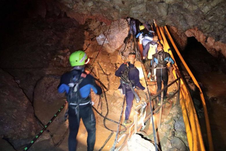 https: img-o.okeinfo.net content 2018 07 08 18 1919539 18-penyelam-dikirimkan-dalam-operasi-penyelamatan-remaja-yang-terjebak-di-gua-thailand-ma6D8ZN2HT.jpg