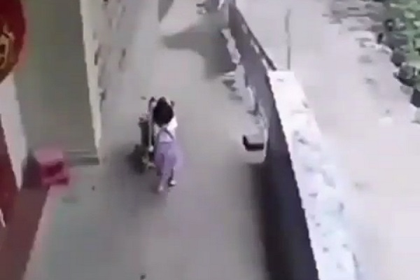 https: img-o.okeinfo.net content 2018 07 11 196 1920912 viral-video-balita-jungkalkan-kereta-dorong-berisi-bayi-orangtua-di-mana-bvZh1aaFgo.jpg