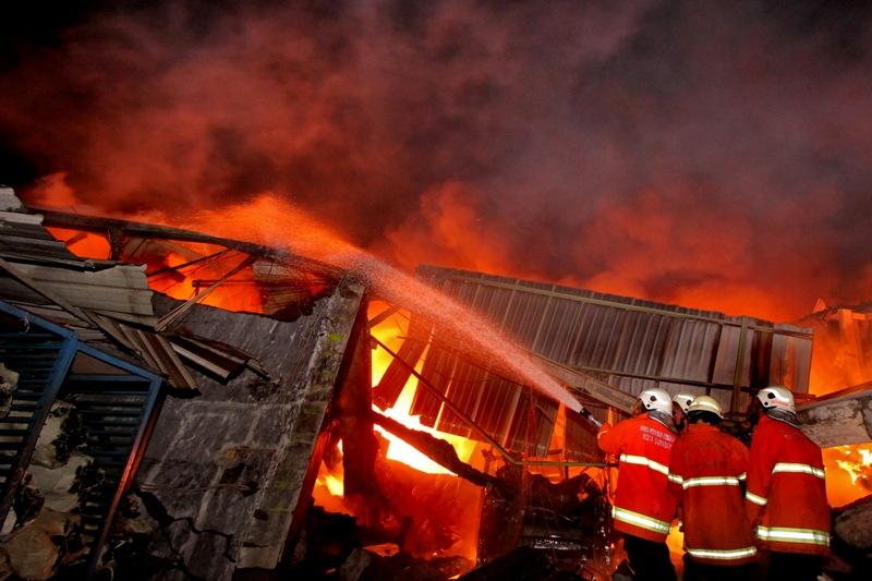 https: img-o.okeinfo.net content 2018 07 12 525 1921283 kebakaran-rumah-di-sukabumi-tewaskan-seorang-nenek-piNMPvCIrX.jpg