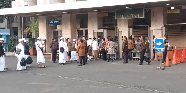 https: img-o.okeinfo.net content 2018 07 25 338 1926951 ratusan-jamaah-mulai-memadati-pengajian-akbar-di-masjid-istiqlal-RqGt6Ayl62.jpg