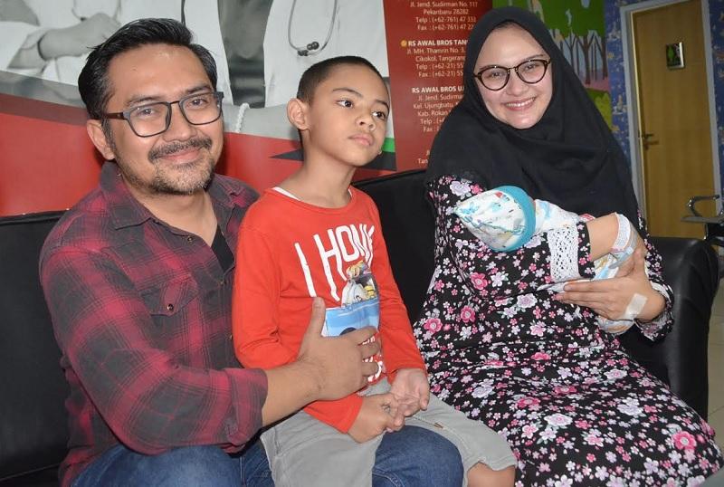 https: img-o.okeinfo.net content 2018 08 06 33 1932714 cerita-zee-zee-shahab-melahirkan-secara-caesar-dalam-waktu-30-menit-Vc8MfmtyAQ.jpg
