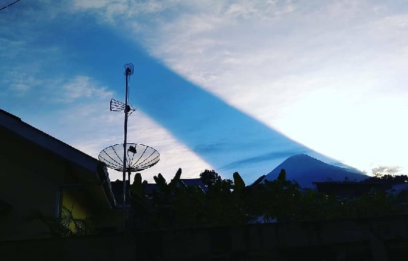 https: img-o.okeinfo.net content 2018 08 06 406 1932486 viral-video-peristiwa-cahaya-matahari-terbelah-di-atas-langit-gunung-sindoro-hn5dILDPQA.jpg
