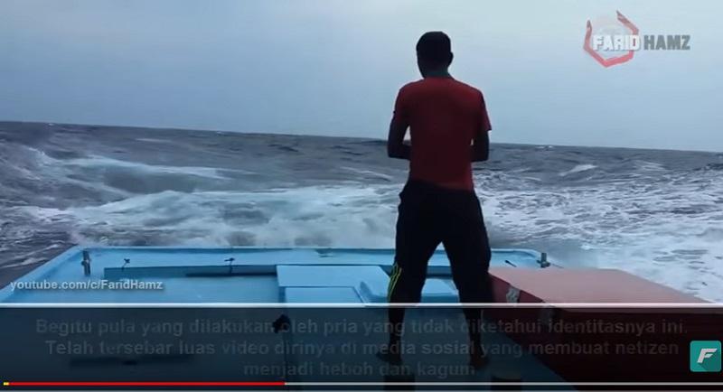 https: img-o.okeinfo.net content 2018 08 07 196 1933104 video-seorang-pria-khusyuk-salat-di-tengah-badai-ini-bikin-tegang-rbR7CWxjac.jpg