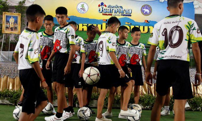 https: img-o.okeinfo.net content 2018 08 09 18 1934043 pelatih-sepakbola-dan-3-remaja-yang-terjebak-di-gua-thailand-diberikan-kewarganegaraan-eaHHyAfxde.jpg