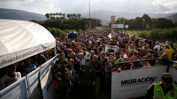 https: img-o.okeinfo.net content 2018 08 09 18 1934224 kebanjiran-pengungsi-dari-venezuela-ekuador-umumkan-keadaan-darurat-egoLDg2EYT.jpg