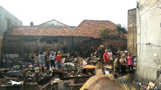 https: img-o.okeinfo.net content 2018 08 13 338 1935764 kebakaran-permukiman-padat-di-menteng-160-korban-mengungsi-ke-masjid-9tVDhiG2xS.jpg