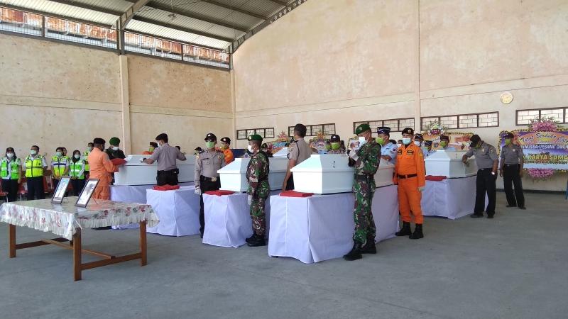 https: img-o.okeinfo.net content 2018 08 13 340 1935734 tiba-di-jayapura-8-jenazah-korban-pesawat-jatuh-di-papua-disambut-upacara-penghormatan-FEipeuWHCN.jpg