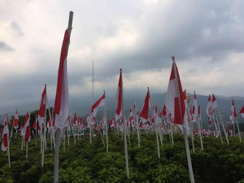 https: img-o.okeinfo.net content 2018 08 13 406 1935700 merinding-melihat-1970-bendera-merah-putih-berdiri-kokoh-di-lereng-gunung-lawu-IFQhdv9fx6.jpeg