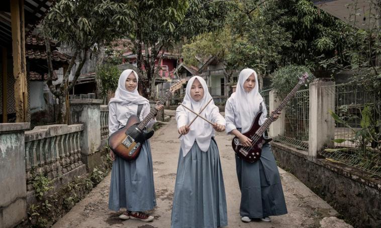 https: img-o.okeinfo.net content 2018 08 14 194 1936273 band-metal-beranggotakan-3-gadis-ini-tampil-beda-dengan-berhijab-XgaOmM3KjB.jpg