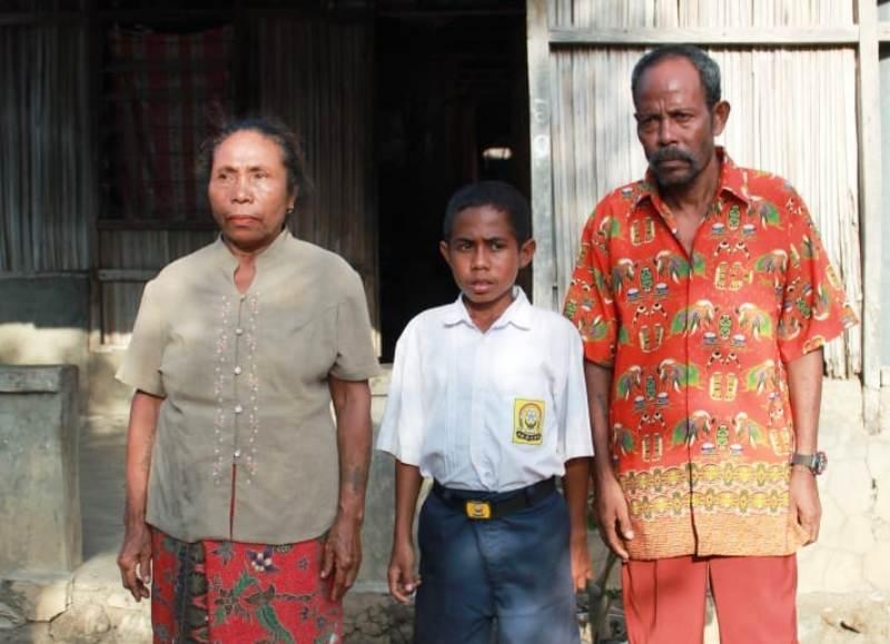 https: img-o.okeinfo.net content 2018 08 17 340 1938096 orangtua-joni-si-pemanjat-tiang-bendera-asli-timor-leste-namun-memilih-indonesia-7XXmyQtgWW.jpg