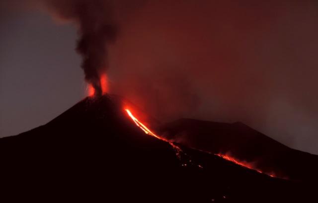 https: img-o.okeinfo.net content 2018 08 24 18 1941137 gunung-berapi-etna-di-italia-meletus-lontarkan-abu-dan-lava-Yhl3aegMlS.jpg