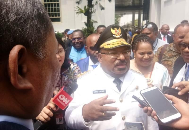 https: img-o.okeinfo.net content 2018 09 05 337 1946303 diusung-demokrat-gubernur-papua-lukas-enembe-keukeuh-pilih-jokowi-hNIrxkax3G.jpg