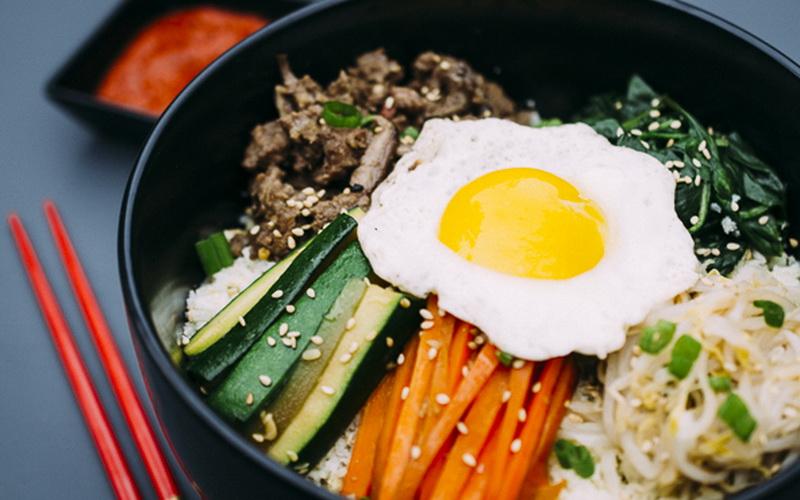 https: img-o.okeinfo.net content 2018 09 07 298 1947504 asyiknya-santap-bibimbap-di-festival-korea-food-Lqvn4eFsIH.jpg