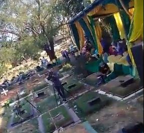 https: img-o.okeinfo.net content 2018 09 09 338 1948241 viral-pesta-pernikahan-dan-dangdutan-di-tengah-kuburan-warganet-astaghfirullah-gINMYfV59E.JPG