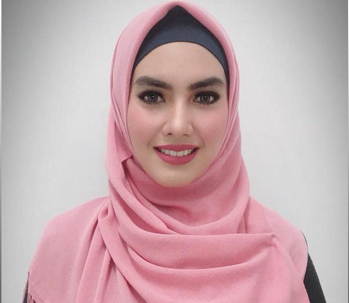 https: img-o.okeinfo.net content 2018 09 10 194 1948479 5-potret-gaya-hijab-kartika-putri-yang-simpel-dan-cantik-E7iLemP6oY.jpg