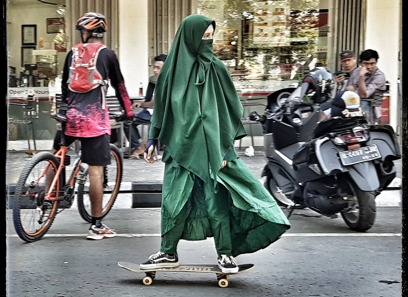 https: img-o.okeinfo.net content 2018 09 14 406 1950425 foto-foto-wanita-bercadar-main-skate-board-jadi-viral-REUW5xDidL.jpg