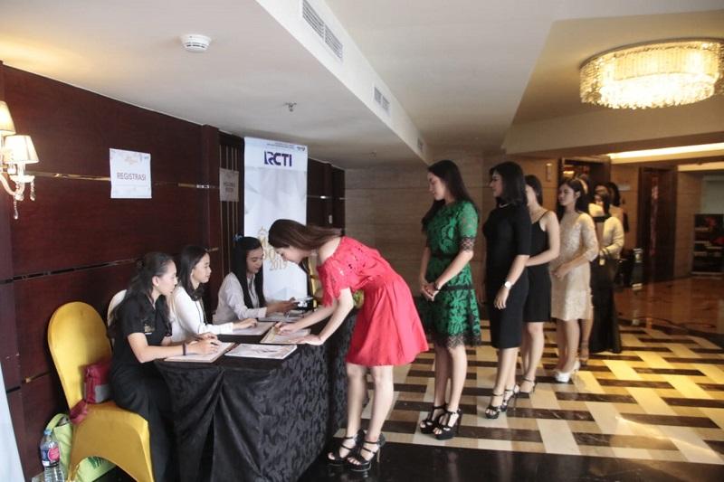 https: img-o.okeinfo.net content 2018 09 17 194 1951458 antusias-gadis-gadis-cantik-asal-surabaya-ikuti-audisi-miss-indonesia-2019-9C5etdSmlt.jpg