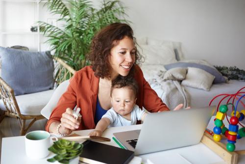 https: img-o.okeinfo.net content 2018 09 17 56 1951473 riset-ungkap-ibu-ibu-semakin-gencar-bermain-internet-pBXUhEAamr.jpg