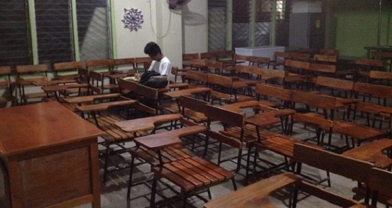 https: img-o.okeinfo.net content 2018 09 19 196 1952700 tak-ada-listrik-pelajar-di-filipina-ini-kerjakan-pr-di-sekolah-malam-malam-fotonya-viral-rbDpNtxALG.jpg
