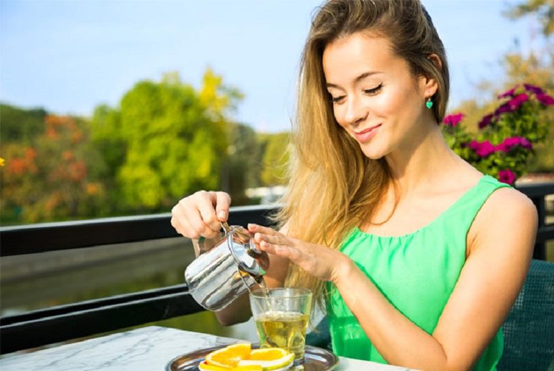 https: img-o.okeinfo.net content 2018 09 24 481 1954727 biasakan-minum-4-cangkir-teh-sehari-manfaatkan-positif-ini-bisa-anda-rasakan-pada-tubuh-b1T3ku7WYL.jpg