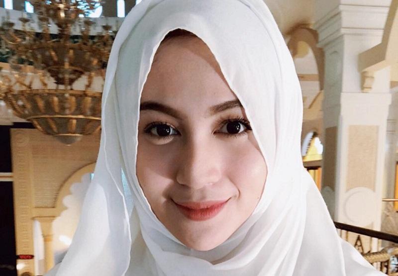 https: img-o.okeinfo.net content 2018 09 27 194 1956282 intip-5-gaya-hijab-denira-wiraguna-perempuan-yang-dikabarkan-dekat-dengan-kevin-sanjaya-LIDw5hCCyr.jpeg