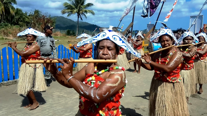 https: img-o.okeinfo.net content 2018 09 27 406 1956231 kemeriahan-festival-suling-tambur-raja-ampat-2018-bikin-turis-asing-terpesona-3IcrEguDzc.jpg
