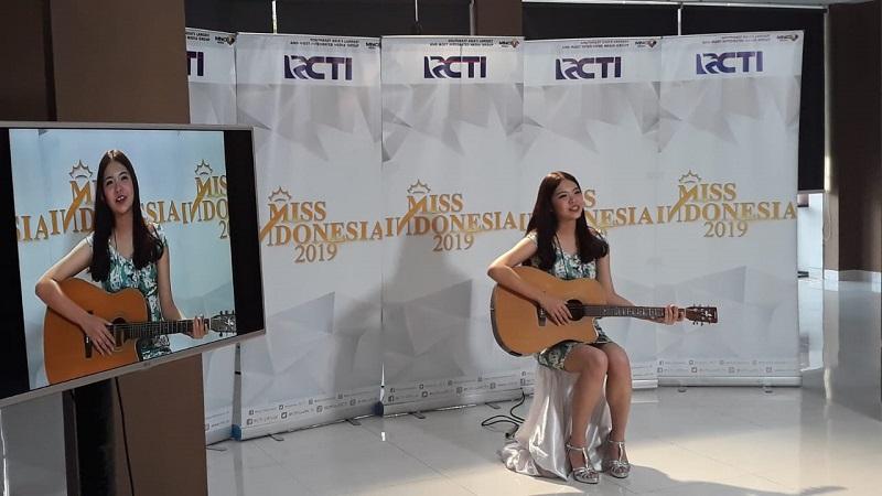 https: img-o.okeinfo.net content 2018 09 30 194 1957722 yakinkan-juri-peserta-audisi-miss-indonesia-2019-ini-bermain-gitar-jmTV37ChwO.jpeg