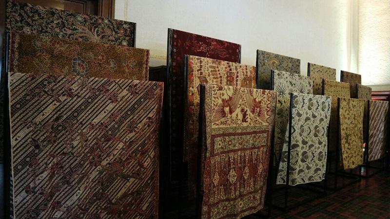 https: img-o.okeinfo.net content 2018 10 02 194 1958653 hari-batik-nasional-menilik-perjalanan-sehelai-kain-di-laweyan-JGuG4jcSNt.jpg