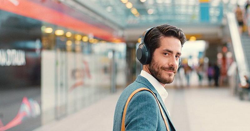 https: img-o.okeinfo.net content 2018 10 02 57 1958761 headphone-versus-earphone-mana-lebih-aman-dipakai-Hw3rUnvO8b.jpg