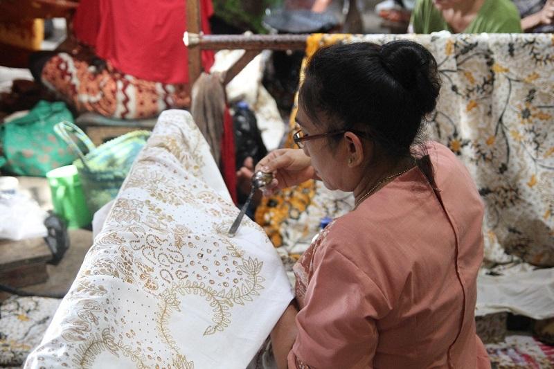 https: img-o.okeinfo.net content 2018 10 09 194 1961529 pesona-keunikan-batik-lasem-membuatnya-diminati-wisatawan-asing-EC6BjWnwmA.jpg