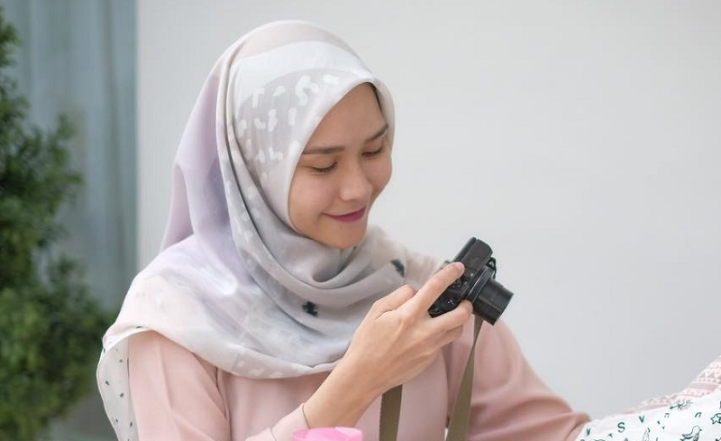 https: img-o.okeinfo.net content 2018 10 09 196 1961675 cerita-zaskia-mecca-yang-hobi-cetak-foto-daripada-simpan-di-hard-disk-o9v9r49ixO.jpg