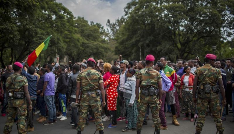 https: img-o.okeinfo.net content 2018 10 11 18 1962652 protes-gaji-dan-standar-hidup-rendah-ratusan-tentara-ethiopia-gelar-demonstrasi-f6W14kOT46.jpg