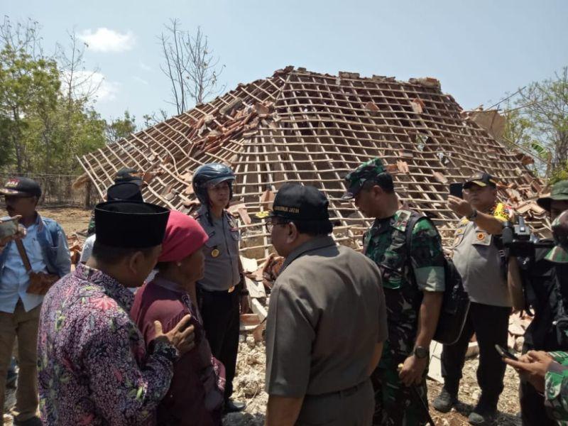 https: img-o.okeinfo.net content 2018 10 11 519 1962676 gempa-situbondo-246-rumah-rusak-1-di-antaranya-rata-dengan-tanah-WDphYhAJuZ.jpg