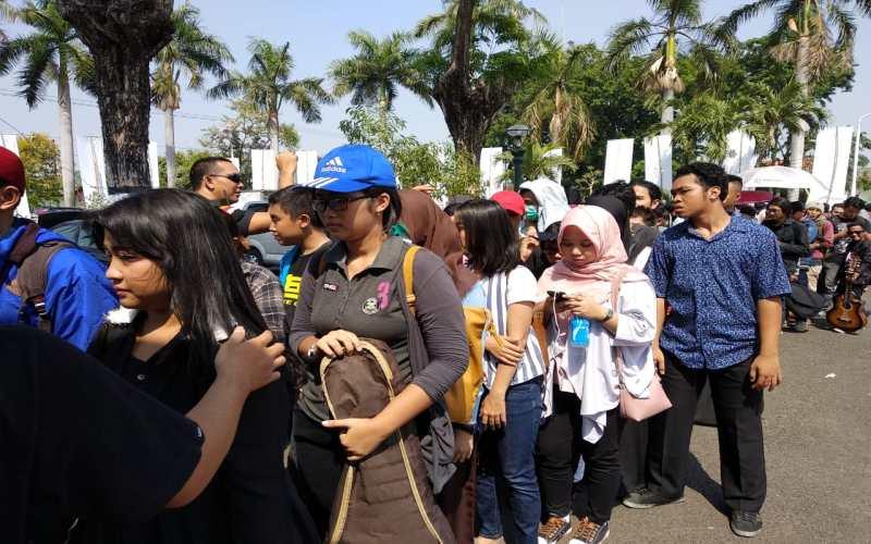 https: img-o.okeinfo.net content 2018 10 11 598 1962687 ratusan-warga-surabaya-padati-big-audisi-rising-star-indonesia-2018-vof8BWYexF.jpg