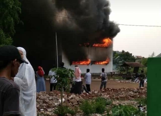https: img-o.okeinfo.net content 2018 10 12 338 1963364 asrama-pesantren-iiq-di-pamulang-terbakar-29-damkar-dikerahkan-YWiqTWf5O8.jpg